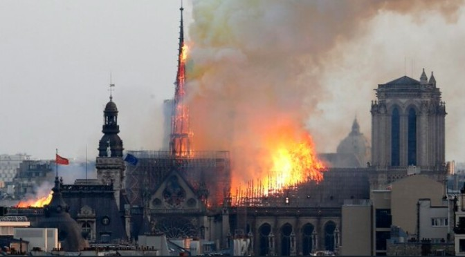 Notra-Dame París, its burning down in flames.